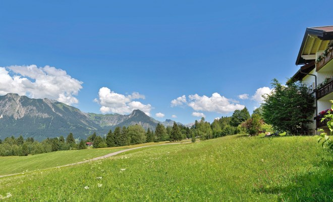 Bergpanorama der Allgäuer Alpen vor dem Hotel Nebelhornblick