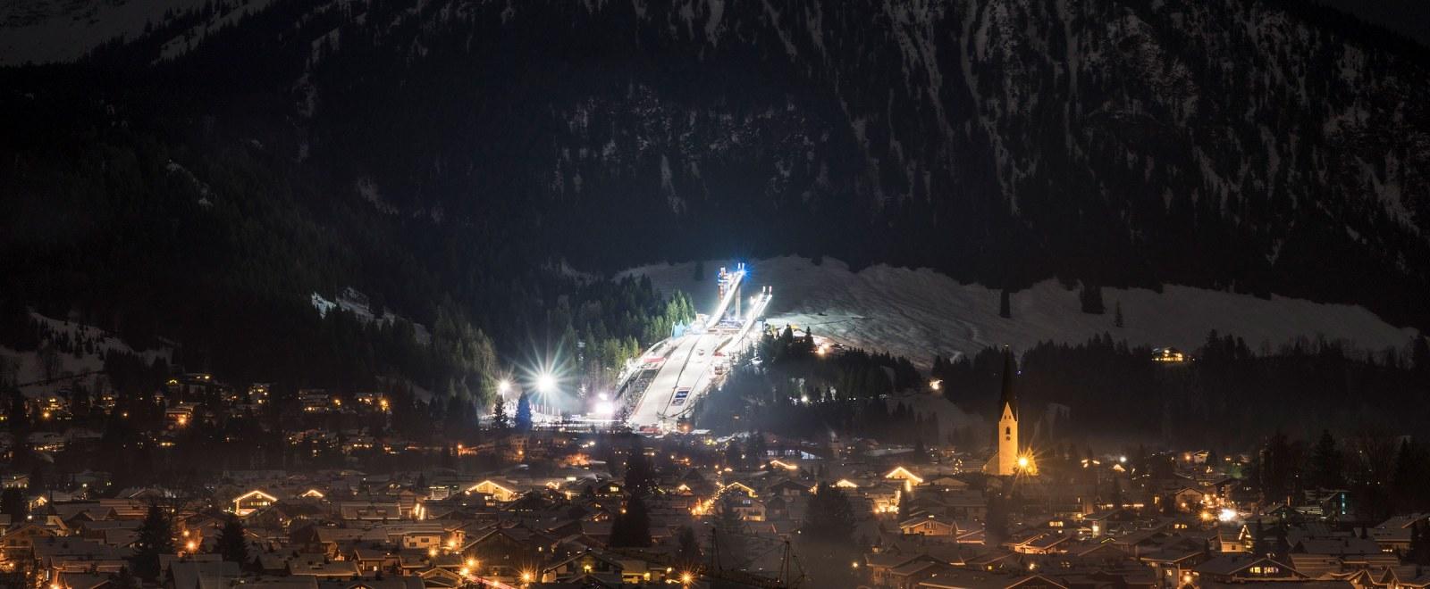 Nachtaufnahme des Skisprungstadions am Schattenberg in Oberstdorf