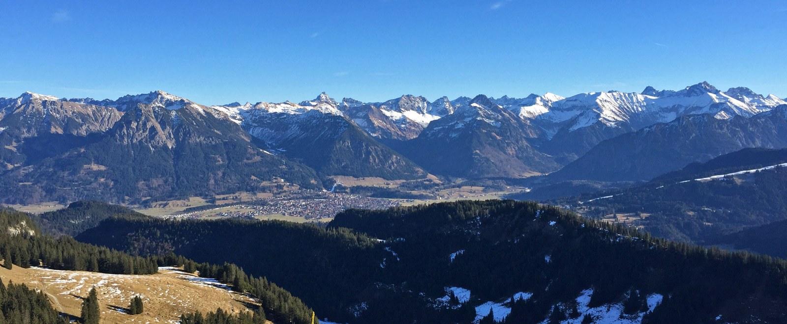 Blick vom Besler auf Oberstdorf mit Allgäuer Alpen