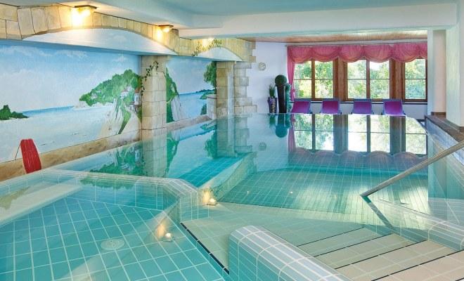 Schwimmbad für Ihren Wellnessurlaub im 4-Sterne-Hotel