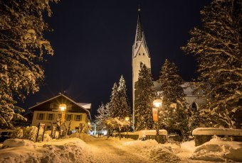 Oberstdorfer Kirche am Abend
